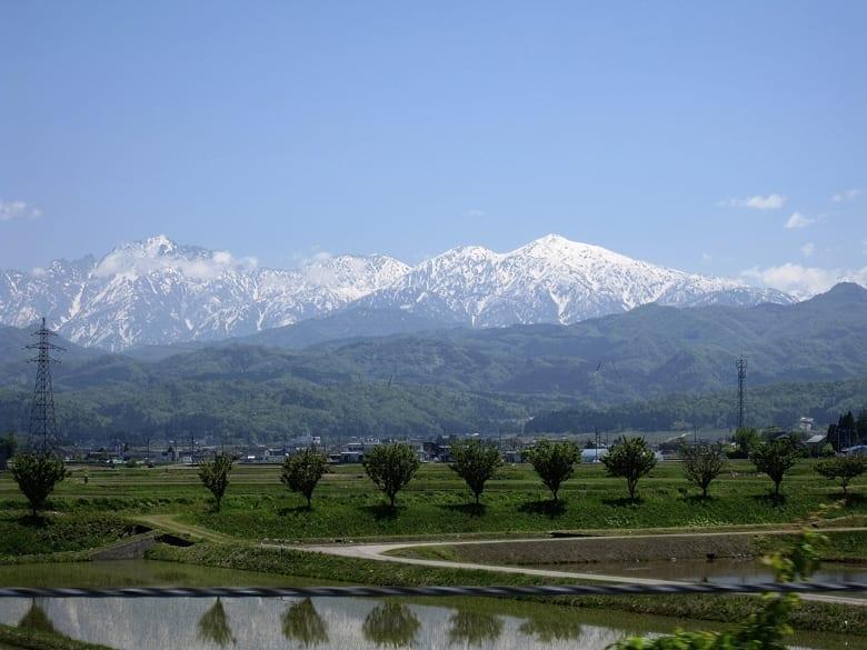 舳倉島への途上—-砺波平野から立山連邦の眺め    —13.5.12—